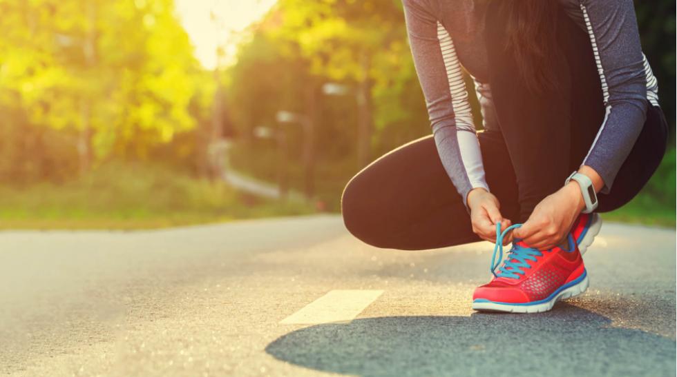 È vero che allenarsi digiuni di primo mattino aiuta a bruciare più grassi?